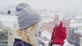 Jonge krullende vrouw met oude filmcamera stock footage