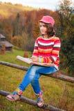 Jonge kunstenaar bij berg Stock Afbeeldingen