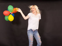 Jonge lachende vrouw met gekleurde luchtballons Royalty-vrije Stock Foto