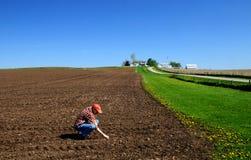 Jonge landbouwer die grond controleert Royalty-vrije Stock Fotografie