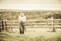 Jonge Landbouwer en een Kip royalty-vrije stock afbeelding