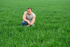 Jonge landbouwer op een tarwegebied Royalty-vrije Stock Afbeeldingen