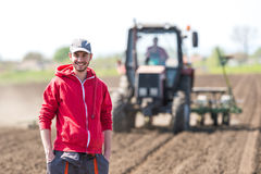 Jonge landbouwer op landbouwgrond royalty-vrije stock fotografie