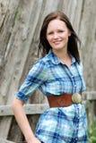 Jonge landvrouw met houten omheining Royalty-vrije Stock Foto's