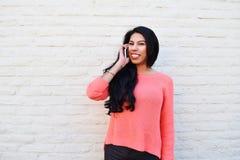 Jonge Latijnse vrouw die haar cellphone gebruiken Royalty-vrije Stock Foto