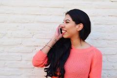 Jonge Latijnse vrouw die op de telefoon spreken Stock Afbeelding