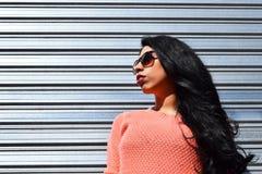 Jonge Latijnse vrouw die in openlucht stellen Royalty-vrije Stock Afbeelding