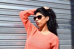 Jonge Latijnse vrouw die in openlucht stellen Stock Afbeeldingen
