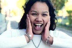 Jonge Latijnse vrouw met verraste gelaatsuitdrukking Royalty-vrije Stock Afbeelding