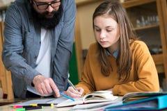 Jonge leraar die zijn student in chemieklasse helpen Onderwijs, Tutoringsconcept royalty-vrije stock foto