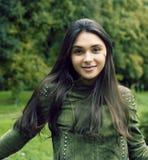 Jonge leuke glimlachende vrouw in groen park, de gelukkige mensen van het levensstijlconcept stock foto