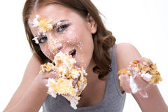 Jonge leuke vrouw die cake eten stock fotografie
