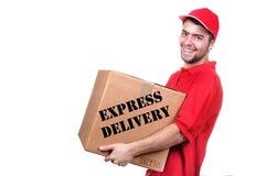 Jonge leveringsmens in rode eenvormige holding de doos Royalty-vrije Stock Afbeelding