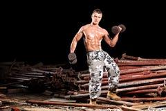 Jonge lichaamsbouwer die met buiten gewichten uitoefent royalty-vrije stock foto's
