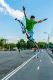 Jonge machtsverbindingsdraad bij het springen van stelten in het park van Moskou Gorky Stock Afbeelding