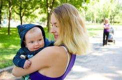 Jonge mamma's en kleine zoon Stock Fotografie