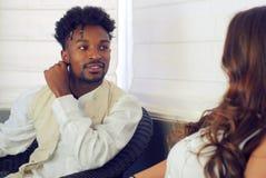 Jonge man die aan vrouwenverhouding het flirten Romaans dateren glimlachen stock fotografie