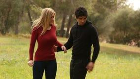 Jonge man die vrouw met masker helpen stock video