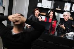 Jonge man in een gesprek met drie jonge bedrijfsvrouwen stock foto