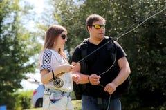 Jonge man en een vrouw met hengel op een rivier in Duitsland Royalty-vrije Stock Afbeeldingen