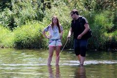 Jonge man en een Vrouw op een rivier in Duitsland Stock Foto's