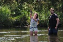 Jonge man en een Vrouw op een rivier in Duitsland Stock Afbeeldingen