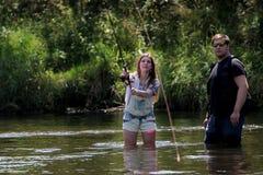 Jonge man en een Vrouw op een rivier in Duitsland Stock Foto