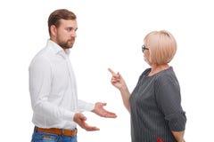 Jonge man en het oudere die vrouw debatteren op witte achtergrond wordt geïsoleerd royalty-vrije stock afbeeldingen