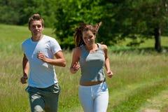 Jonge man en vrouw die in openlucht lopen Royalty-vrije Stock Afbeelding