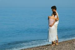 Jonge man en vrouw die zich op het strand bevinden Stock Foto's