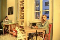 Jonge man en vrouw in een caffè stock fotografie