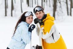 Jonge man en vrouw met treirsnowboards Royalty-vrije Stock Foto