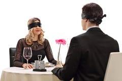 Jonge man en vrouw op een afspraak tussen onbekende man en vrouw Royalty-vrije Stock Foto's