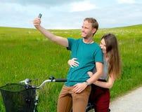 Jonge man en vrouw op fiets Stock Afbeeldingen