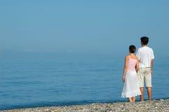 Jonge man en vrouw op het strand Stock Foto