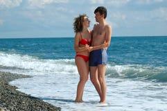 Jonge man en vrouw op het strand Stock Afbeeldingen