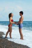 Jonge man en vrouw op het strand Royalty-vrije Stock Afbeelding