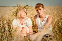 Jonge man en vrouw op tarwegebied Royalty-vrije Stock Foto's