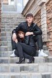 Jonge man en vrouw in openlucht Stock Afbeeldingen