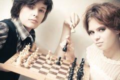 Jonge man en vrouwen het spelen schaak Royalty-vrije Stock Fotografie