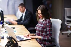 Jonge manager op het werk Jonge vrouwen die aan computer in bureau werken Royalty-vrije Stock Foto