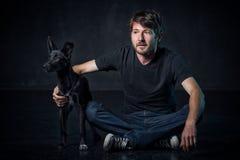 Jonge mand en zijn hond Stock Afbeelding
