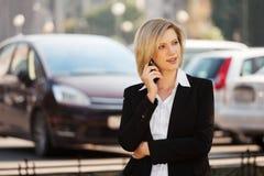 Jonge manier bedrijfsvrouw die celtelefoon uitnodigt Stock Afbeeldingen