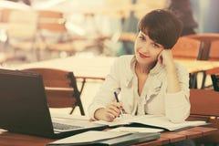 Jonge manier bedrijfsvrouw die laptop met behulp van bij stoepkoffie royalty-vrije stock afbeeldingen