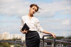 Jonge manier bedrijfsvrouw met handtas op stadsstraat Stock Afbeeldingen