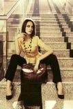 Jonge manier bedrijfsvrouw met handtaszitting op stappen binnen van royalty-vrije stock afbeeldingen