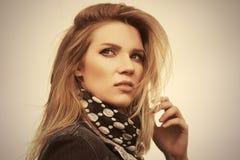 Jonge manier blonde vrouw die denimjasje en sjaal dragen stock foto's