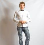 Jonge manier mannelijke model dragende vlinderdas op grijs Royalty-vrije Stock Foto