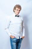 Jonge manier mannelijke model dragende vlinderdas op grijs Stock Afbeeldingen