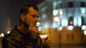 Jonge maniermens die een sigaret roken stock footage